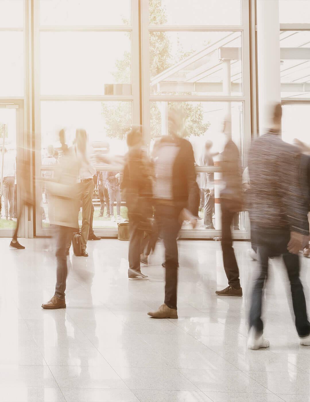 Menschen in einer Messehalle